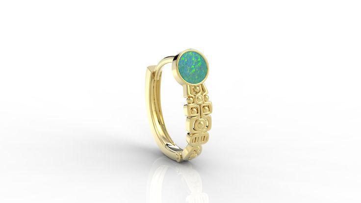 Złoty kolczyk z opalem. / Gold earring with opal.
