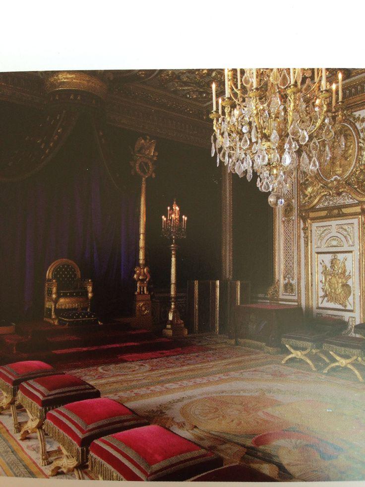 Troonzaal van Napoleon in het Chateau de Fontainebleau, 1800, kenmerken: de strakke, iets gebogen vormgeving van de empire stijl troon is afgeleid van de klassieke Romeinse sofa. Mahoniehouten meubels met bronzen versieringen. Duidelijke en scherpe vormen, statisch en eenvoudige composities