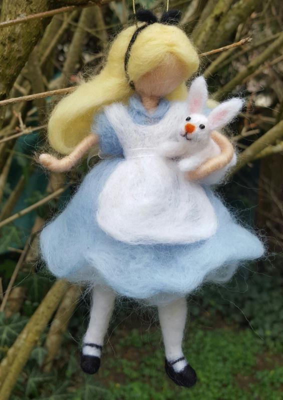 Création figurine en laine cardée feutrée à l'aiguille Alice par Fairyland, Création d'une figurine en laine cardée : À la poursuite du lapin en retard... Alice découvre un monde merveilleux et terrifiant !  Entièrement réalisé en laine cardée.  (Création n°58664 vue 583 fois). Création de la galerie Laine cardée - Creavea
