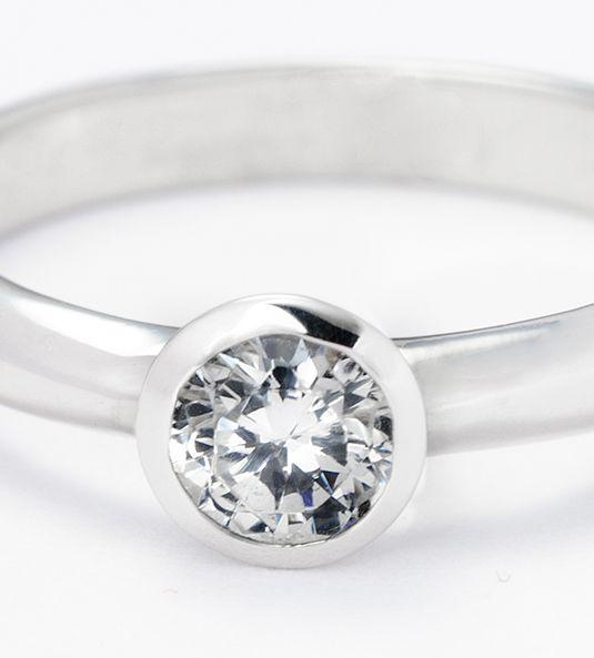 El solitario de diamantes Modelo SARA NAVARRO 1 de oro de 18 quilates, es un excelente diseño creado por esta reputada y admirada diseñadora de moda. Su modelaje bello y sencillo, nos ofrece un excelente anillo de compromiso, así como un magnífico solitario de diamantes, de gran calidad y al mejor precio.
