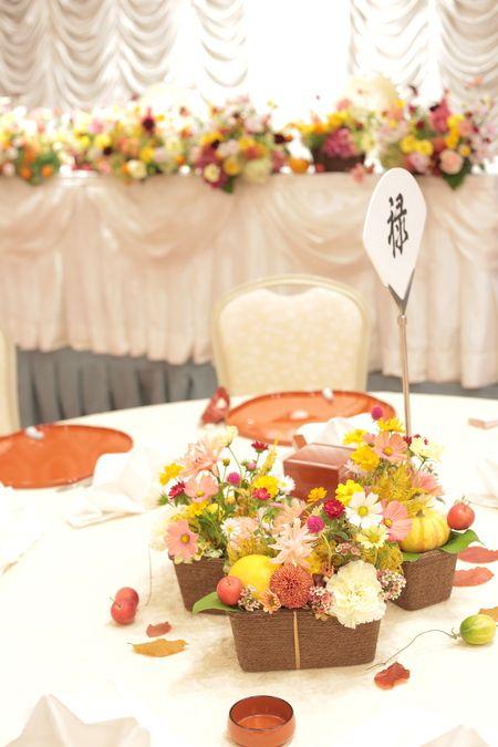 秋の装花 大國魂神社様へ 秋の草花のテーブル装花と実りのナフキンフラワーの画像:一会 ウエディングの花