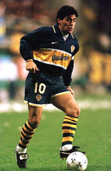 Atacante - Maradona (Boca Juniors): O Boca pontuou o início e o final de carreira de Maradona. Entre 1981 e 1982, o baixinho já assombrava o mundo com a camisa azul e amarela. Em 1995, voltou ao clube para pendurar as chuteiras