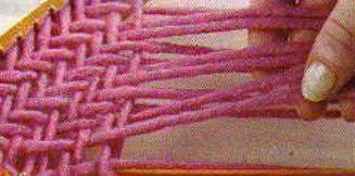 #16 Punto espiga en bastidor triangular 16 – Sostener esas 2 hebras hacia arriba y luego seguir la secuencia del punto: 2 hacia abajo y 2 hacia arriba, comenzando siempre desde arriba hacia abajo. Tejer la hebra hasta esa posición, dejarla en suspenso y continuar tejiendo hasta completar la pasada.