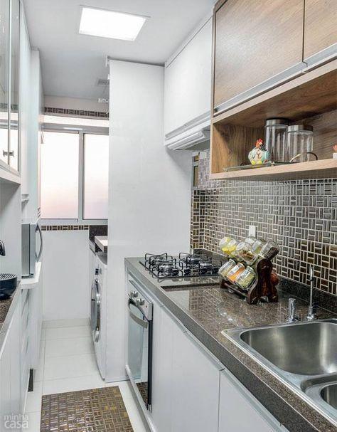 Cozinha corredor com armários nos dois lados, revestimento diferenciado na área molhada e do fogão, coifa/depurador slim embutido no armário, duas cubas na pia, aproveitamento total.