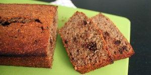 Lækkert og svampet bananbrød uden sukker og med fuldkornsmel, så det kan spises med god samvittighed.