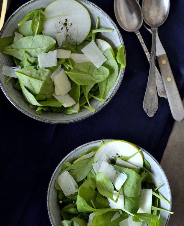 Salat med spinat, pære og parmasan