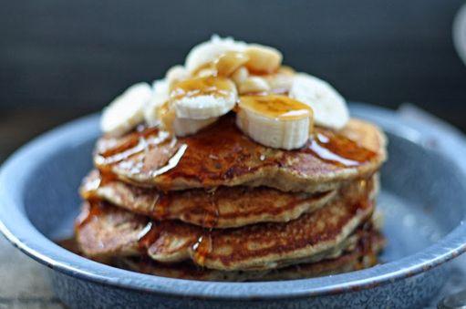 Klop 4 eiwitten op. Voeg er een halve, geplette, goed rijpe banaan aan toe, 1/3 kop amandelmelk, ¼ theelepel amandelextract (optioneel) en ¼ kop kokosnootbloem. Goed mengen.  Spreid het mengsel uit over de oppervlakte van de pan (of maak er mini-pannekoekjes van). Je kiest zelf de vorm, grootte en portie. Laat ongeveer 5 minuten bakken voor je het mengsel omdraait en langs de andere kant laat bakken.  Werk de pannenkoek af met de rest van de banaan, kokosnootboter of pindakaas, honing of…