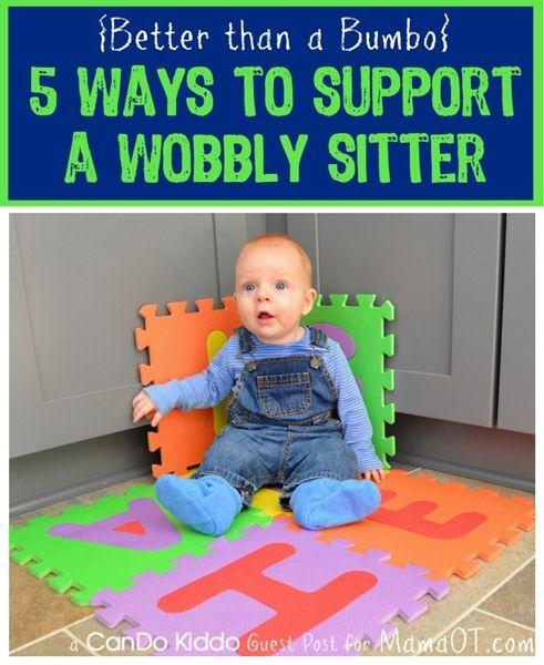 Zet de baby in een hoek van de muur op een mat of in de hoek van een zetel. Zo heeft de baby steun langs beide kanten en kan zich geen pijn doen. De baby zal af en toe onderuitzakken maar zo worden ook de rugspieren sterker. Maak het leuk voor de baby door speelgoed rond hem te leggen of zet je erbij en praat heel veel tegen het kindje.
