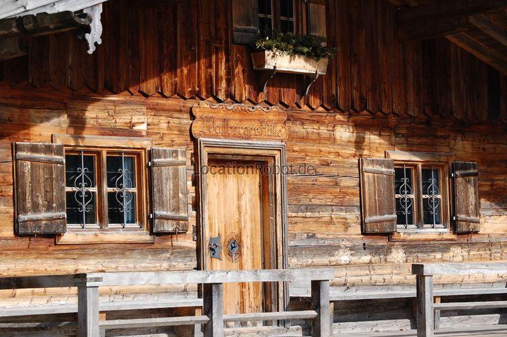 Am bewaldeten Ortsrand einer bayerischen Gemeinde liegt diese urige Waldhütte, die wie geschaffen ist, um sie für Events wie auch Film- und Fotoproduktionen zu mieten. Die ehemalige Forsthütte ist...