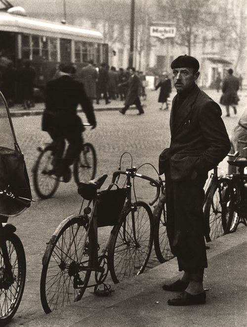 Mario De Biasi - Milano, 1950 - http://birikforever.tumblr.com/post/12000105697/mario-de-biasi-milano-anni-50