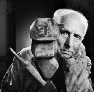 MAX ERNST (BRÜHL, 1891 – PARÍS, 1976) Pintor, artista gráfico y escultor alemán. Estudia filosofía clásica y pintura en la Universidad de BonnEn 1922 se traslada a París, donde participa en la creación del grupo surrealista liderado por André Breton. En 1925 presenta y desarrolla técnicas nuevas como el frottage. En 1930 colabora con Buñuel y con Dalí en la película La edad de oro. En 1938 rompe con el surrealismo y en 1941 emigra a Estados Unidos y trabaja en su obra escultórica.