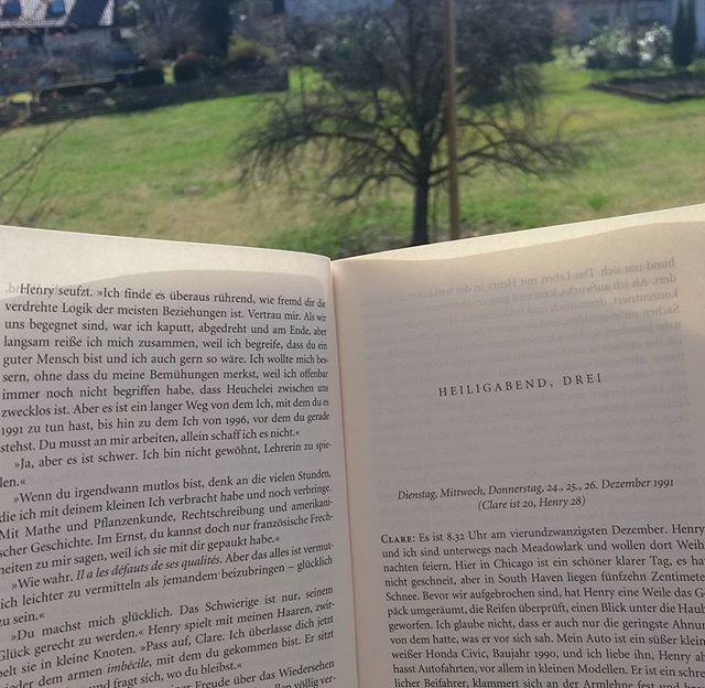 Lesen im Sonnenschein. Eine Geschichte,  wie gemacht für so ein freundliches Wetter@buchwaise #fischerverlag #diefraudeszeitreisenden #rezension #literatur #books #bookstagram #buch #sonntag #sonnenschein #booksofinstagram #instabooks #buchblogger #buchvogelblog #germanblog