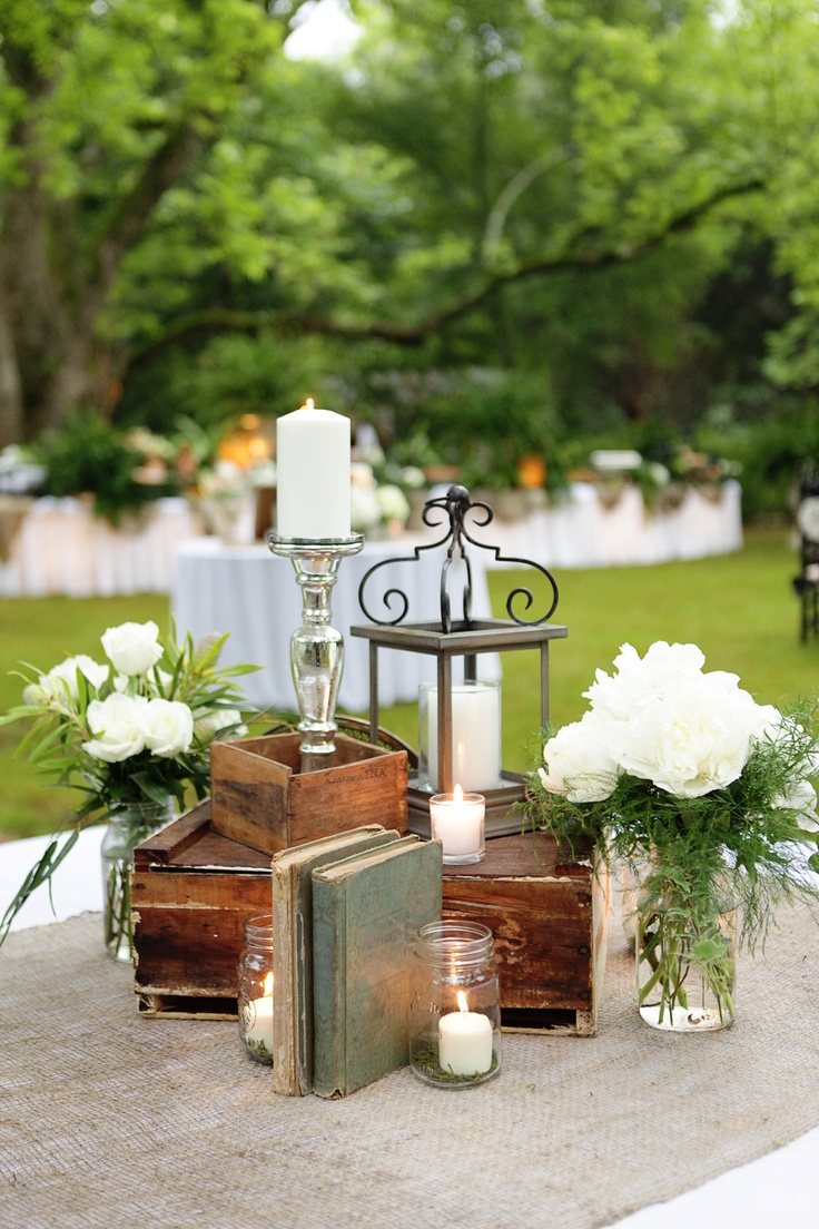 Vintage books lantern candles centerpiece wedding - Decoracion boda vintage ...