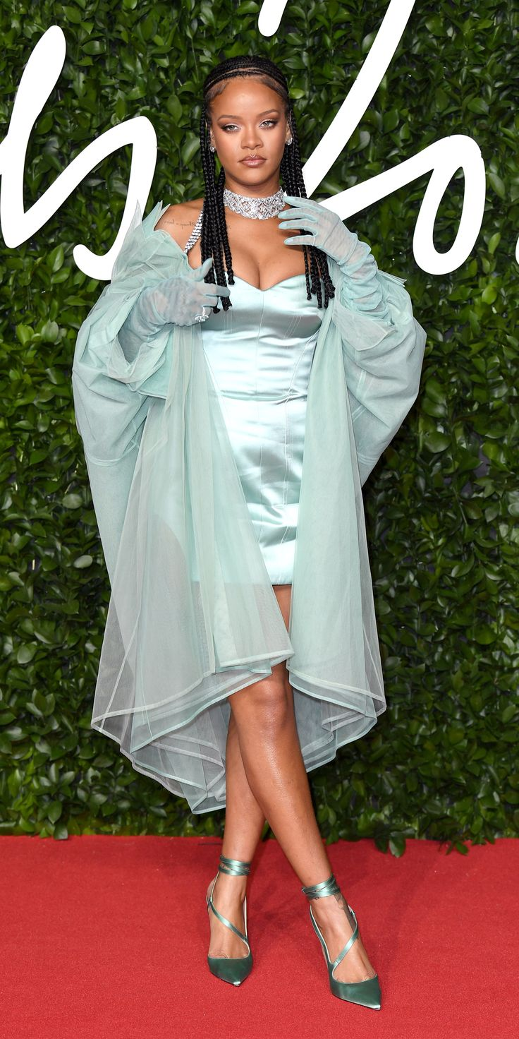 Look of the Day | Rihanna red carpet, Red carpet outfits ...