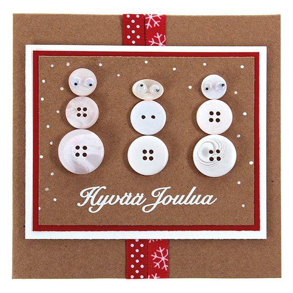 Leikkaa ekokartongista neliö, kehystä se ensin punaisella kartongilla ja sitten valkoisella kartongilla. Kiinnitä kaksi koristenauhaa kortin etukannen yli kaksipuolisen liimateipin avulla. Kiinnitä kehystämäsi neliö korttipohjaan kohotarrapaloilla. Sommittele napeista kolme lumiukkoa korttipohjaan, kiinnitä napit korttiin korukiviliimalla. Liimaa lumiukoille pikkuiset silmät. Koristele valkoiselle ääriviivatarratekstillä ja valkoisella geelikynällä.