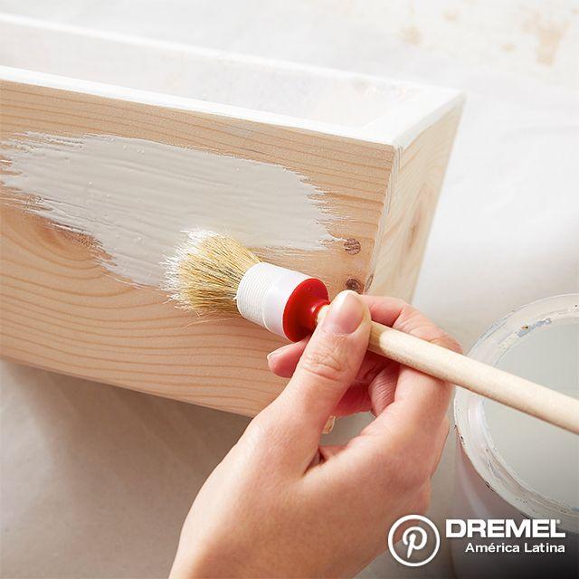 Paso 2: Primero debemos pintar la caja, para eso siempre se recomienda lijarla primero para garantizar ña fijación de la pintura.