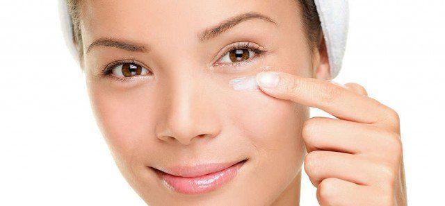 Remedios caseros para reducir bolsas bajo los ojos. Cuando estamos bajo estrés y no dormimos correctamente, o simplemente dormimos poco debido al aje...