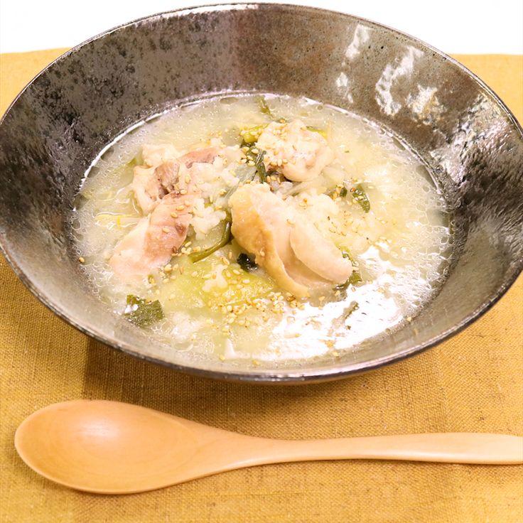 動画】】心も体も温まる!鶏と野菜のサムゲタン風スープ」の作り方を簡単で分かりやすい料理動画で紹介しています。切って入れるだけでとっても美味しいとろとろのスープが完成するのでお忙しい方におすすめです。寝る前にセットすると朝には美味しいスープが楽しめますので、朝はなかなか食欲が出ない方にも味わっていただきたい一品です。