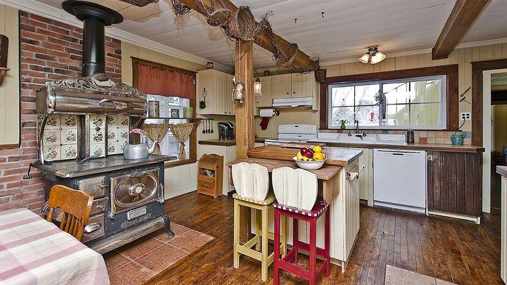 Cuisine d 39 une magnifique maison ancestrale avec son cachet datant elle a t b tie dans la - La maison du hamac quebec ...