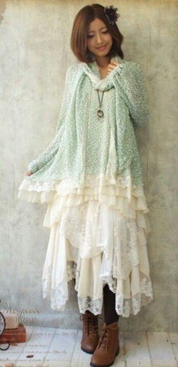 Mori Girl portant une robe blanche et un haut à motif vert pâle