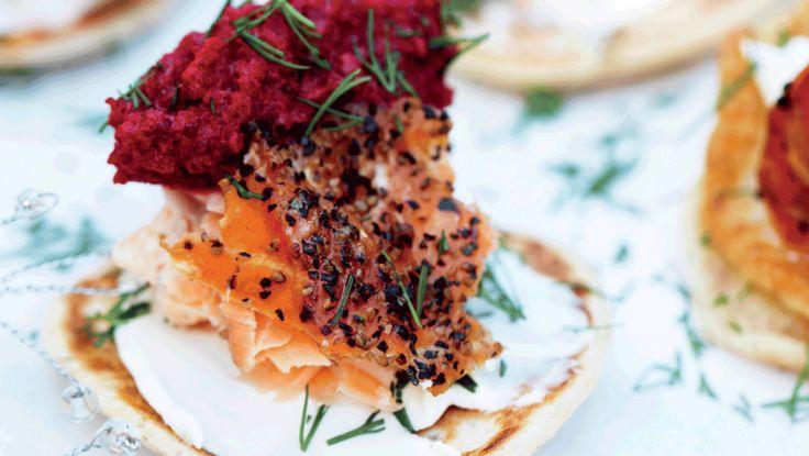 Rødbeder og laks er en spændende kombination, som dine gæster vil lægge mærke til – takket være både farven og den lækre smag!