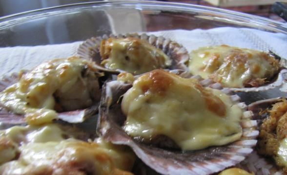"""Ostiones a la parmesana / Scallops """"parmesan"""" style (with white wine, butter and parmesan cheese)."""