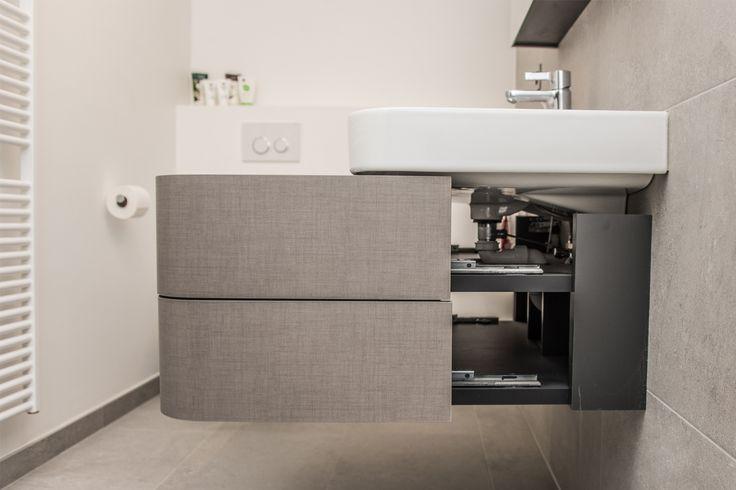 Voor deze klanten mochten we in hun appartement de badkamer, douchekamer én aparte toilet inrichten. Ondanks de ondankbare vorm van de badkamer zijn we er toch in geslaagd om een bubbelbad van Duravit te plaatsen. Het design lavabomeubel is eveneens van Duravit. Let op de supercoole lades. Ze lopen door …