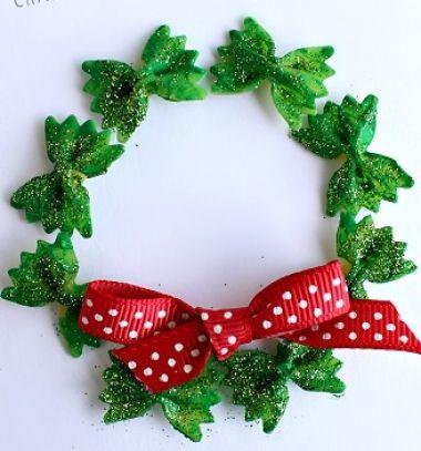 DIY Bow tie noodle Christmas wreath - easy dry pasta craft for kids // Masnitészta koszorú - egyszerű karácsonyi ötlet gyerekeknek // Mindy - craft tutorial collection // #crafts #DIY #craftTutorial #tutorial