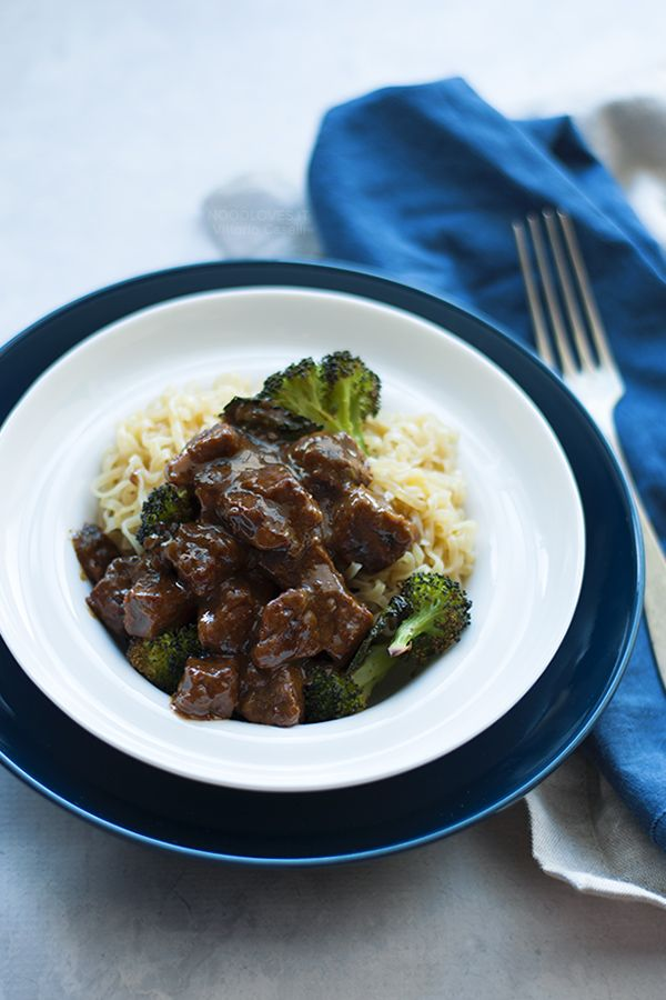 Easy beef stew with balsamic sauce and roast broccoli. Quick dinner recipe or with noodles. Mongolian beef, beef and broccoli, stir fry beef or slow cooker stew // Spezzatino di manzo al balsamico con broccoli arrosto