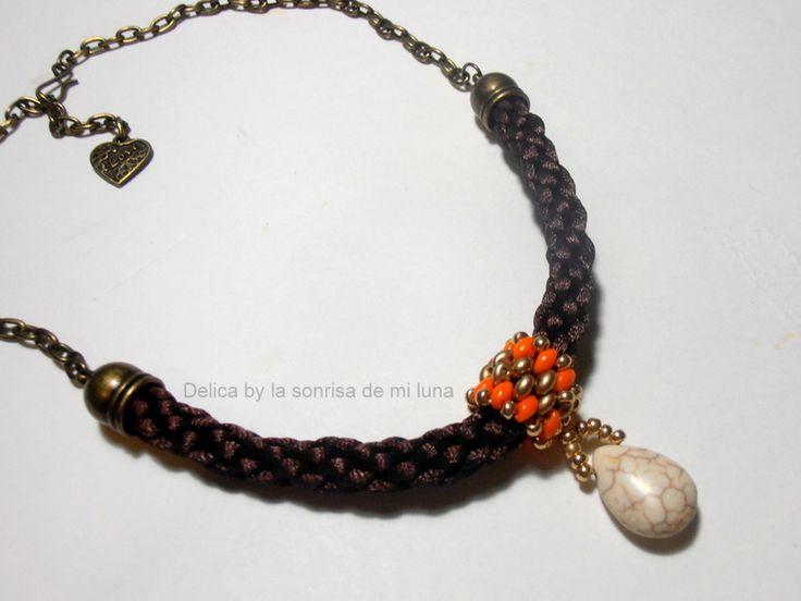 Collar con cadena en oro viejo, cordón de cola de ratón marrón realizado con kumihimo y detalle de superdúo,rocalla y lágrima de piedra en crudo