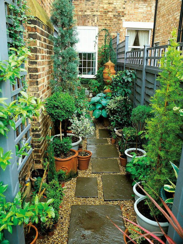 Narrow Garden Space of Townhouse This very narrow space on the side of a townhouse is made more interesting by using an interesting paving pattern with tiles and pea gravel, plus a variety of plants in pots. www.lab333.com www.facebook.com/pages/LAB-STYLE/585086788169863 http://www.lab333style.com https://instagram.com/lab_333 http://lablikes.tumblr.com www.pinterest.com/labstyle