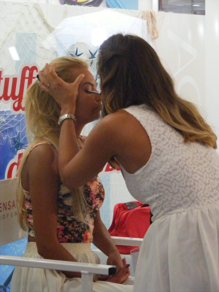 La candidata Taranciuc Cristina impegnata a realizzare il maquillage alla sua modella