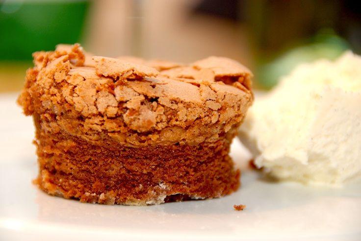 Opskrift på en virkelig lækker chokoladedrøm, der er en skøn chokoladekage. Kagen passer perfekt til dessert, hvor den serveres med is. Chokoladedrøm findes i mange versioner, men her er min udgave…