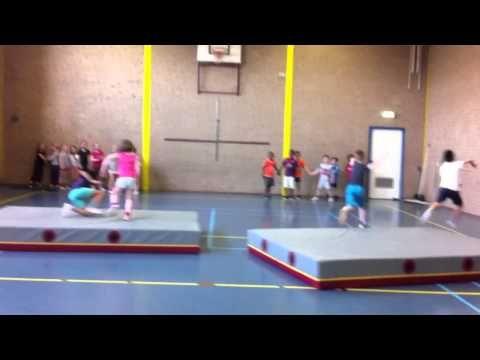 afsluitend spel samen springen jongens tegen de meisjes