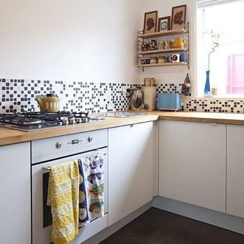 モザイク調のタイルや個性的なプリントのフキン、きれいな色味の小物たちで、キッチンコーナーがとても楽しく明るい空間に♪