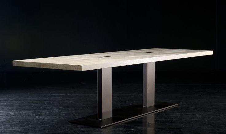 De #Seuren Columbus is een kunstobject op zich. De twee poten staan gecentreerd onder de #tafel en komen op fraaie wijze door het tafelblad heen. Door de slimme positie van de poten is het gemakkelijk om aan te schuiven met grote groepen. Een prachtige tafel voor de #eetkamer, of op kantoor als #vergadertafel. #GilsingWonen #design #wooninspiratie