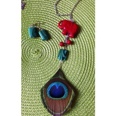 Collar de pluma de Pavo real, malaquita,corales y pieza de cerámica de elefante. Pendientes de malaquita a juego. https://www.facebook.com/Popurriregalos
