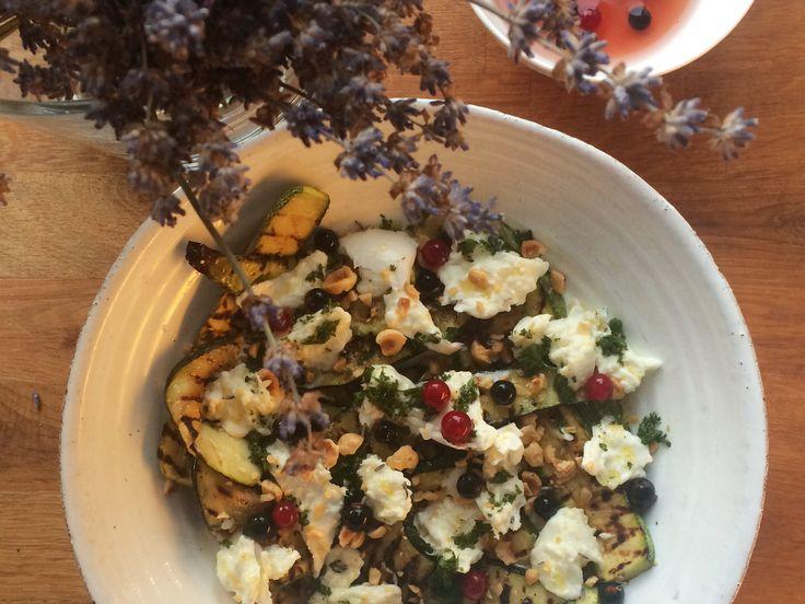 Grillad zucchini med buffelmozzarella, honungspicklade svarta vinbär och lavendel | Recept från Köket.se