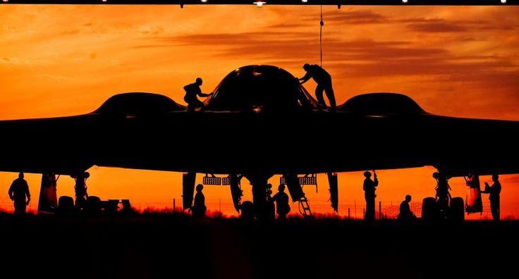 Des militaires nettoient un bombardier de l'armée américaine, le 11 mai 2012 dans une base militaire du Missouri (Etats-Unis). | SGT…