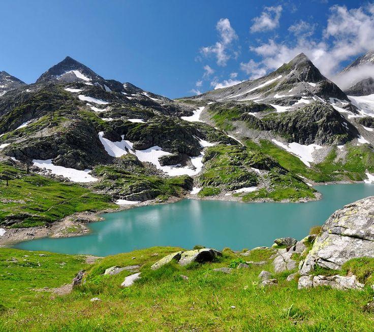Wegdroommomentje: Hohe Tauern, een adembenemend Nationaal park in Oostenrijk. Een prachtige combinatie van een meer, besneeuwde bergen en het mooie groen. Even lekker wegdromen!