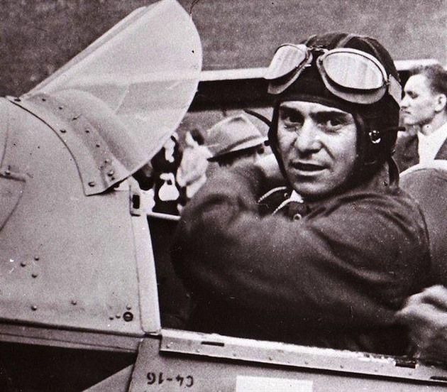 František Peřina v kokpitu cvičného dvouplošníku C-4, na kterém prováděl po...