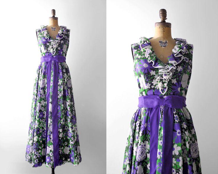 Jurk functies: -paars, groen, wit, zwart bloemenprint -pure linnen buiten met zwarte underslip -zonder mouwen -maxi cut -empire taille met paarse,