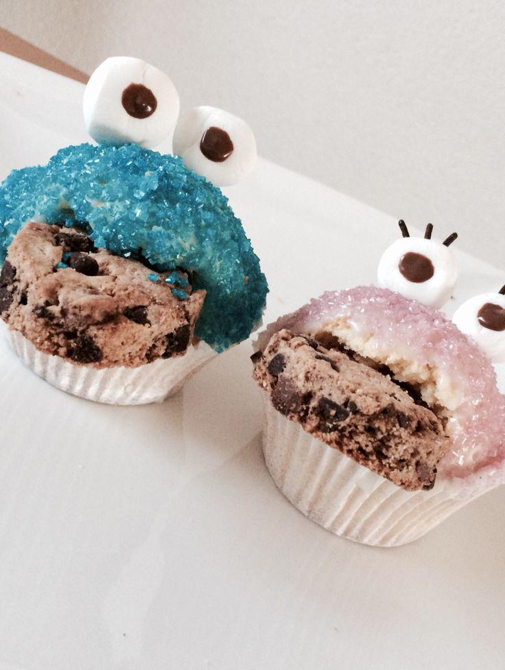 Koekiemonster cupecakes <3  Benodigdheden: - cakemix - strooisel (blauw en roze) - marsepein - chocolade hagelslag - chocolade koekjes