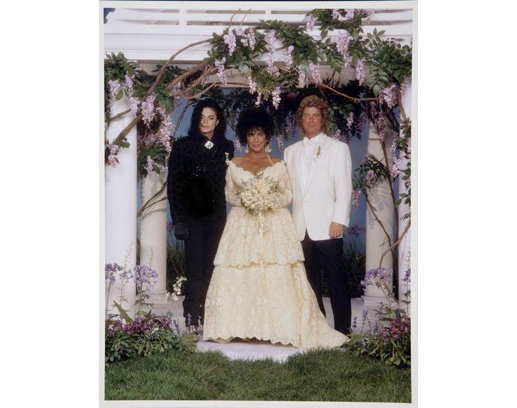 Sa robe de mariée avec Larry Fortansky http://www.vogue.fr/mode/inspirations/diaporama/les-robes-de-mariee-d-elizabeth-taylor/15351/image/846984#!sa-robe-de-mariee-avec-larry-fortansky