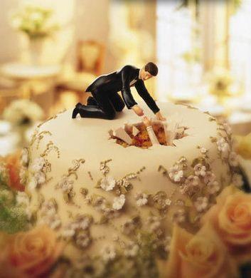 La novia se cae en la tarta de boda y el novio intenta rescatarla. Adornos Divertidos y Creativos para Pastel de Boda. Wedding cake toppers