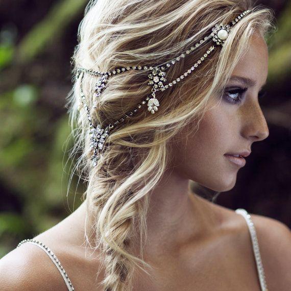 Magnifique bijoux de tête pour la mariée ou pour toutes autres occasions. Il complètera élégamment une jolie robe blanche..