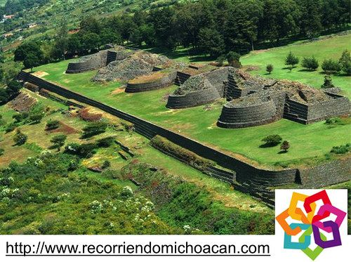 """MICHOACÁN MÁGICO te dice. Fue la antigua y primera ciudad de Michoacán, su nombre en Purépecha significa """"lugar de colibríes"""" cuenta con 5 yacatas que eran los antiguos templos de los primeros moradores del estado. Contó hasta con 40,000 habitantes en su época de mas auge, cayo solo bajo el poder de los españoles al se rebasados militarmente. Estamos hablando de Tzintzuntzan. http://www.recorriendomichoacan.com"""