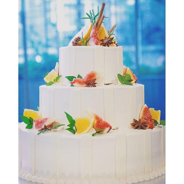 recruit_holdings on Instagram pinned by myThings 白いストライプのケーキに、使用した果物は鮮やかなオレンジと秋に旬を迎えたイチジク。さらに渋い茶色のシナモンと八角をトッピング。 スポンジが紅茶風味で、紅茶の味を引き立てるデコレーションにすべく、甘酸っぱい2種のフルーツと刺激的なスパイスをミックス。中にはオレンジとピンクグレープフルーツをサンドしました。 見た目と味、さらに香りが三位一体となったこだわりのケーキ、まさに大人のウエディングケーキ!  #ゼクシィ #結婚 #ウェディングケーキ #ウェディング #ブライダル #bridal #wedding #cake #Happy #blue #RECRUIT