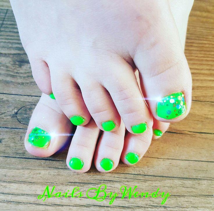 Mooie zomerse teennagels!! Gelpolish secret garden met mooie glitters op de grote tenen 💎💚💎