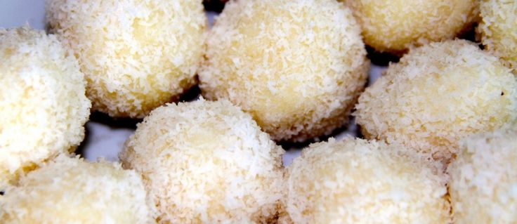 """Unul dintre deserturile mele preferate sunt aceste bomboane raw vegane de tip """"Raffaello"""" cu fulgi din nuca de cocos. Su"""
